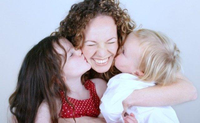 mama-abrazando-a-sus-hijos